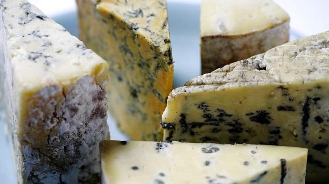 Сыр с плесенью провоцирует боли