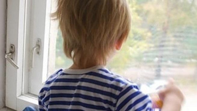 Мальчик смотрящий в окно
